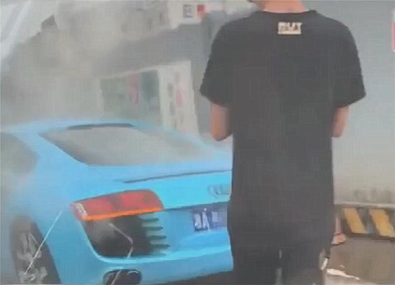 继兰博基尼自燃后,奥迪R8也来了,车价270万,水箱炸开车尾冒烟