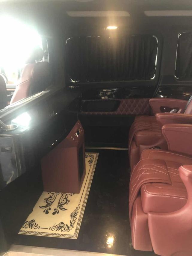 奔驰V260推出金属红内饰升级,舒适与实用并重的豪华MPV