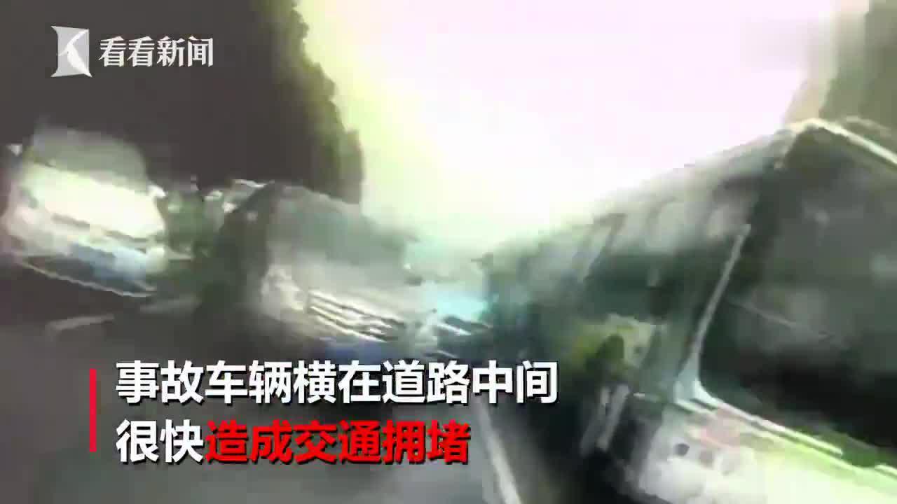 仅用6分钟!道路湿滑有车侧翻 交警与路人合力翻起