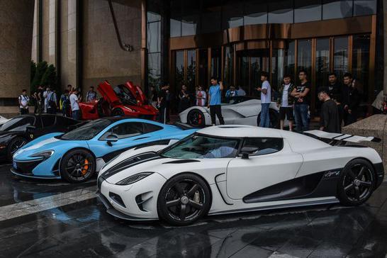 14台超级跑车现身酒店门口,总价值超3亿,劳斯莱斯也不敢靠近