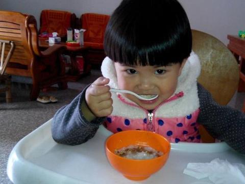 """婆婆给5个月孩子吃""""大人饭""""导致肠坏死,哎,家长上点心吧"""