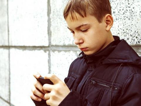 为什么沉迷手机游戏孩子性格毛躁易激动?父母这样做孩子受益终身