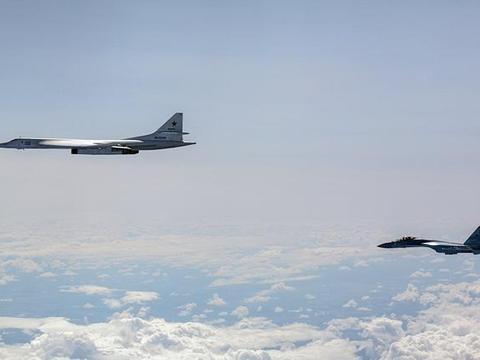 俄空天军颜值担当联袂出击,北约战机组团围观最美现役战略轰炸机