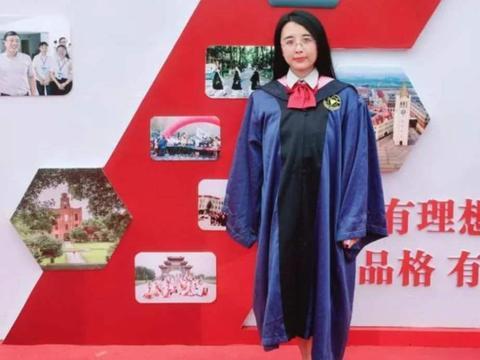 她,浙江大学毕业生,拍一个人的毕业照,专业仅有一名学生