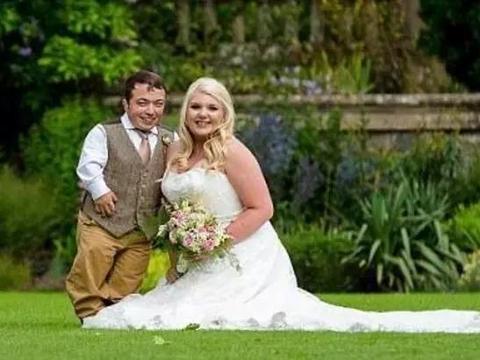 身高1米1男子找了个1米7的媳妇,婚礼现场自带梯子接吻!