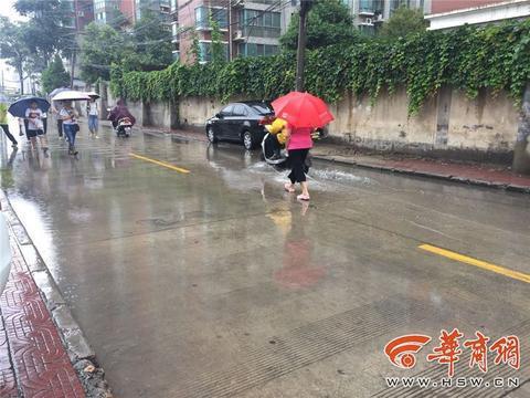 """去年华商报就曾报道过,长荣北路一下大雨成""""运河""""。"""