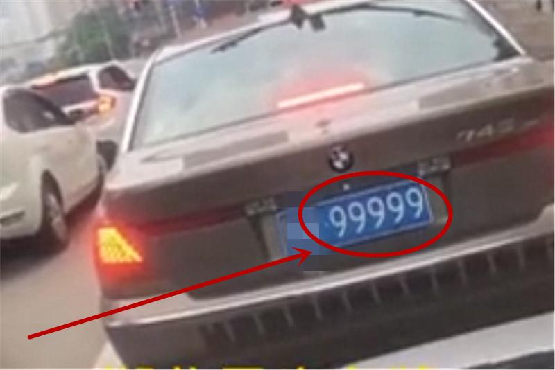 """街拍湖北一大佬的宝马7系,车价150万,车牌""""九五之尊""""值280万"""