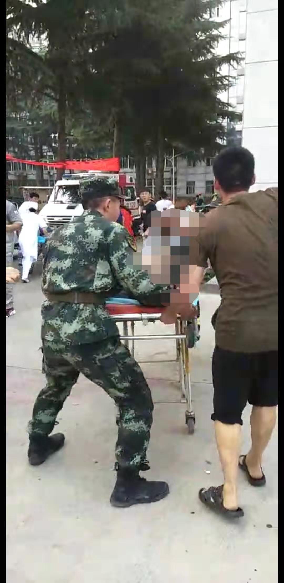 河南义马气化厂爆炸目击:医院为伤者清路(多图)