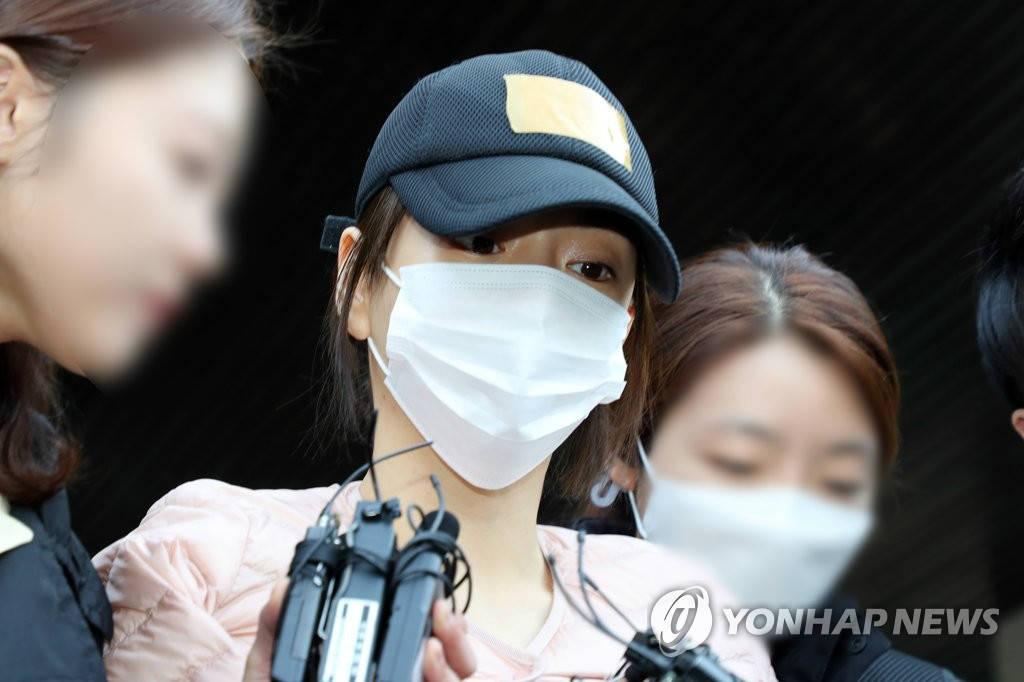 朴有天前女友黄荷娜被判缓刑2年 追缴140万韩元