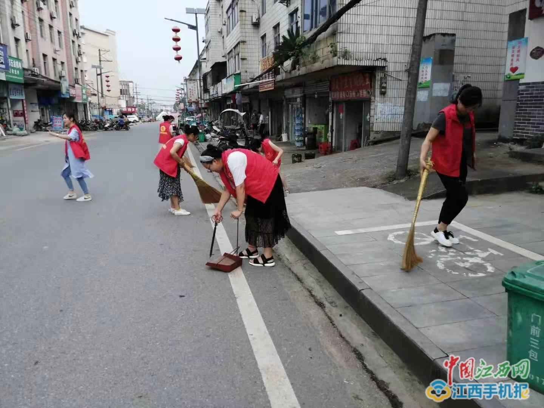 宜丰县石市镇组织巾帼志愿者开展卫生清洁活动(图)