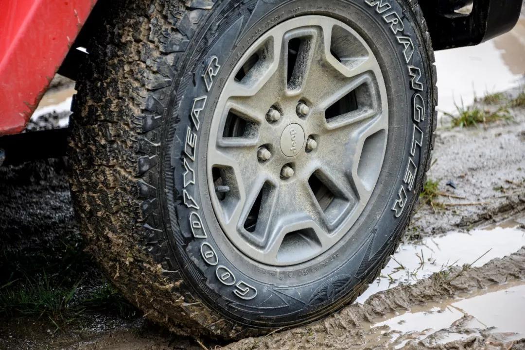 长途穿越自驾,如何选择轮胎?