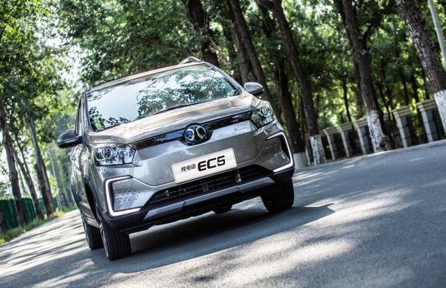 推3款车型续航达403km,北汽新能源EC5上市,补贴后9.99万起售