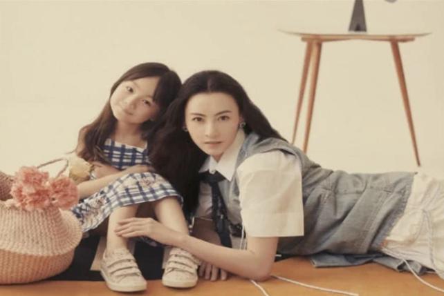 张柏芝登杂志封面,抱着小山竹亲如母女,相互依偎爱意满满!