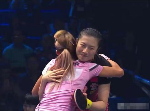 输球不影响感情,罗马尼亚美少女紧紧拥抱丁宁,并赞她是伟大选手
