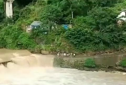 实拍昨日巴中沙河镇,洪水冲走小客车!