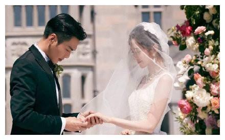 张若昀唐艺昕新婚,爱丁堡前亲耳朵秀到炸,婚后首晒蜜月照