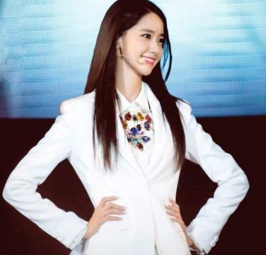 韩国初恋女神林允儿,进驻微博4年,但关注的中国男歌手只有他
