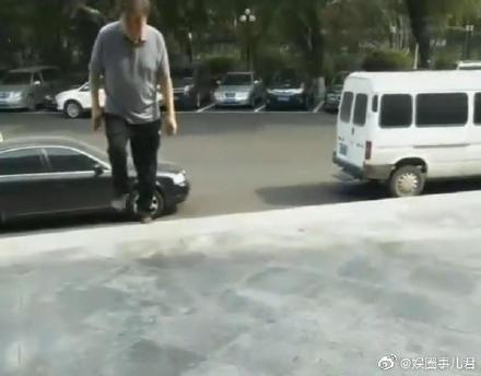 77岁央视主持人赵忠祥独自现身驼背严重,走路颤颤巍巍无人搀扶!