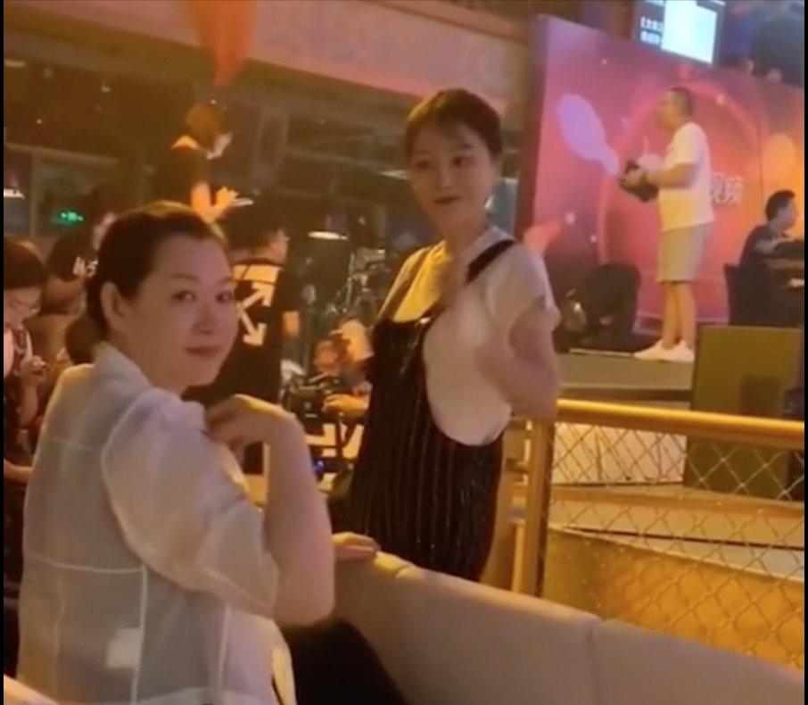 赵本山妻子罕见露面,身材发福明显,富态十足