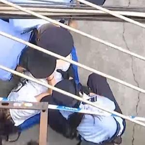 男子霸占前岳父房产赖着不走,妻子装病抗拒执行被法警抬下楼!