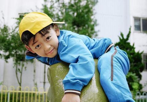 儿子在家从不睡午觉,到了幼儿园却很乖,妈妈看完监控后有些难受