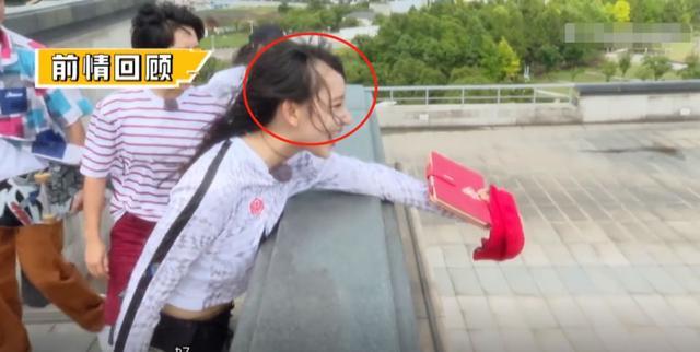 女星出道3年坚持梳齐刘海,上节目意外露出额头,网友看了吓到