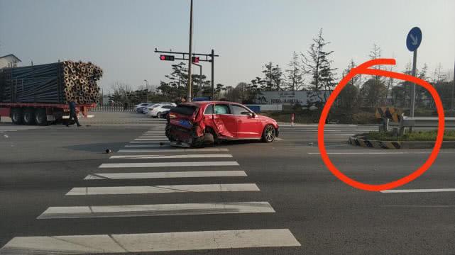 奥迪A3为避半挂车撞击隔离带护栏,网友:这质量一点都不豪华