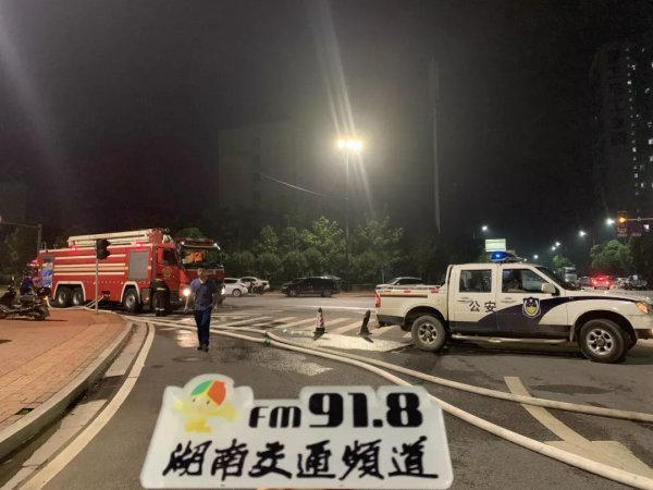 昨晚长沙星沙一厂房突发大火!消防官兵深夜救援!