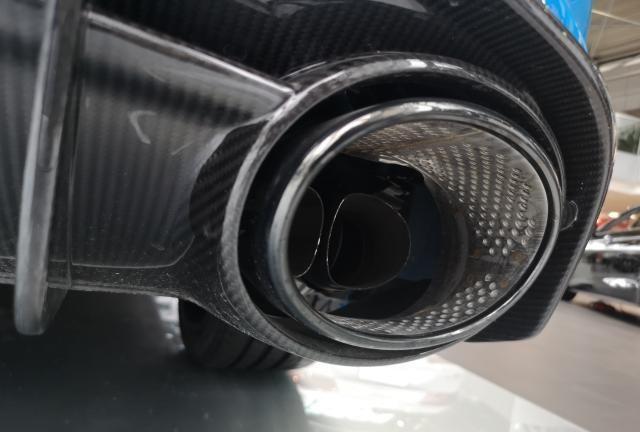 暴徒肌肉男 店内欣赏奥迪RS6瓦罐旅行车