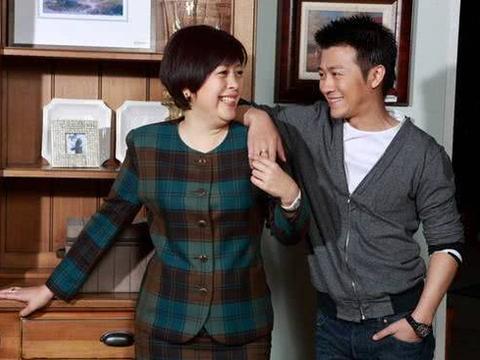 他的干妈是李少红,30岁娶漂亮娇妻,如今39岁一家三口很幸福