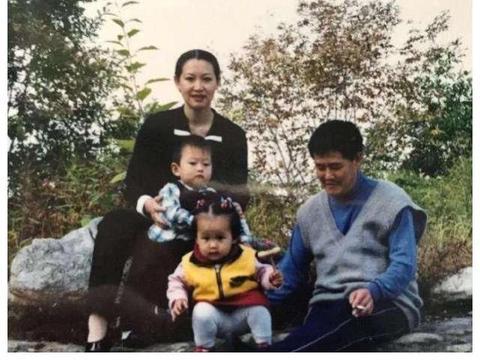 女儿公司开业,赵本山54岁妻子罕见露面,身材发福尽显贵妇气质