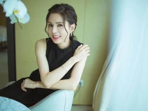 不老女神!李若彤穿黑色连衣裙妆容精致 气质优雅迷人