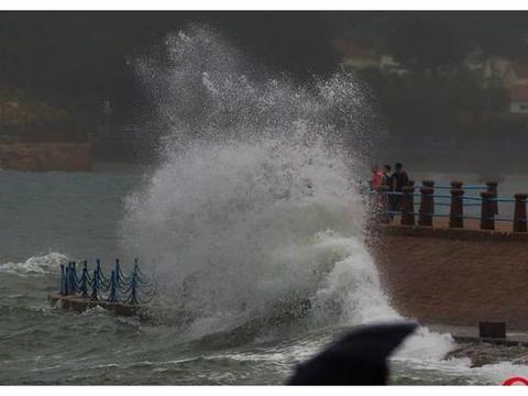 山东青岛:受大潮和台风外围环流扰动影响,山东青岛沿海海浪增强