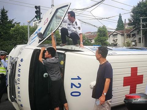 一救护车路口车祸被撞翻 众人齐心协力展开救援及时将伤者送医
