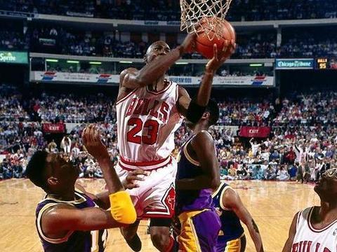 看NBA极致的拉杆:乔丹空中连拉3次杆,罗斯展现极强的腰腹力量
