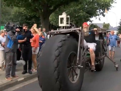 打造一辆巨型自行车,重量高达950公斤,引来无数人围观!