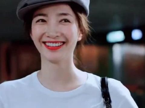 爱上江疏影那甜蜜的笑,现身机场全程笑容不断,这才是真女神