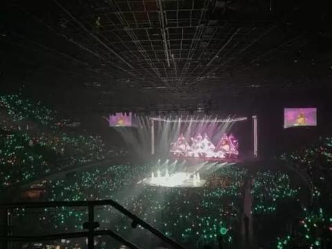 韩女团海外粉丝演唱会上举动,让韩国网友直呼感动