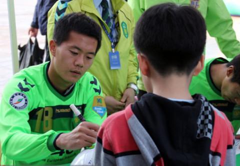 亚洲杯国足对手留洋法甲,中超忙着归化-黄博文被黄义助对比