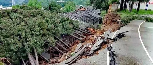大雨中,云南一中学围墙倒塌压垮民房!两个娃娃遇难,父母重伤