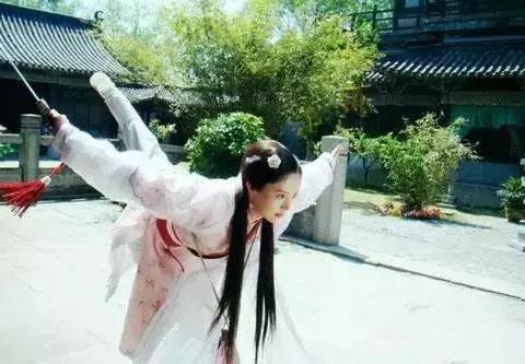 女星穿白衣古装舞剑,刘亦菲李若彤赵丽颖杨紫热巴,谁最好看