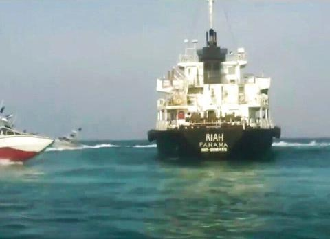 中东局势升级!伊朗宣布在海峡扣押英国油轮,大批军舰正火速赶来