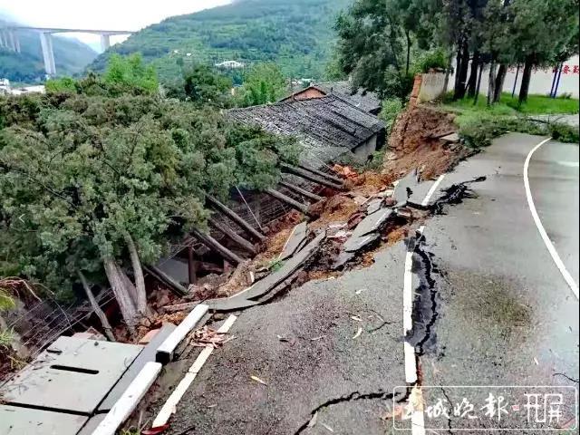 云南一中学围墙因降雨倒塌压垮民房,两个小孩遇难父母重伤