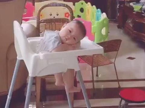 妈妈喂完宝宝,自己赶忙吃饭,回头看到宝宝的眼神,再累也都值了