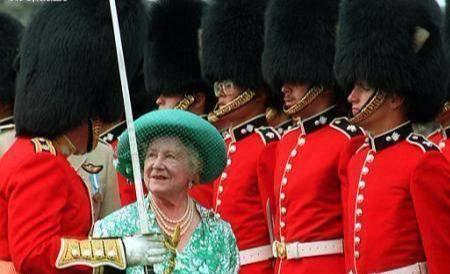 为何英国皇家卫兵要戴重达一公斤的熊皮帽子?