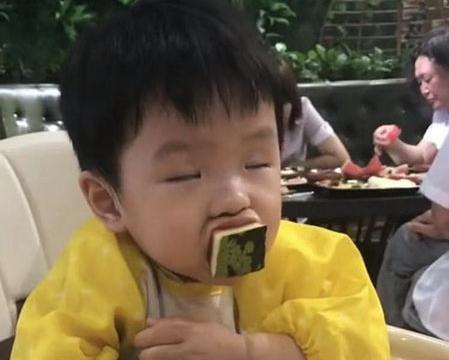 宝宝边吃饭边睡着了,表情太逗,网友笑炸:真是能吃也能睡
