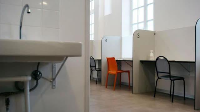 视频:巴黎吸毒室人满为患 法国卫生部:多建些