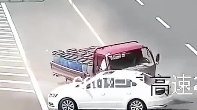 高速错过了出口千万不要横穿,否则害人害己