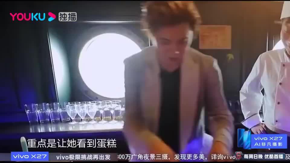 一群美女求助罗志祥,让他帮助去厨房催蛋糕,罗志祥厨房里亲自做