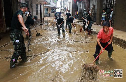 百余名武警官兵帮助灾区清理淤泥